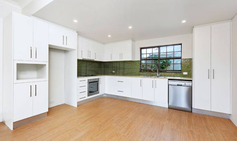 Spacious 3 level townhouse with sweeping City & Bridge Views
